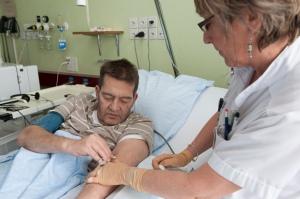 Si le patient le désire, il peut glisser lui-même l'aiguille dans le tunnel. (photo HUG)